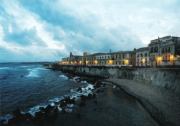 La isla de Ortigia está unida con Siracusa mediante dos puentes y cuenta también con grandes atractivos