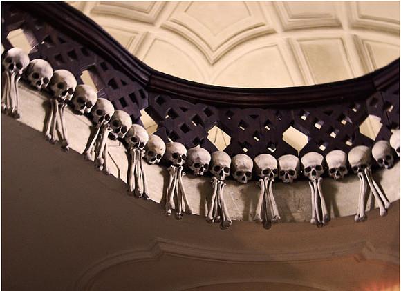 Numerosas guirnaldas de cráneos, adornan el escalofriante Osario de Sedlec