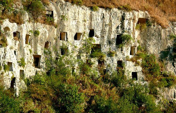 La Necrópolis rupestre de Pantálica es uno de los lugares de mayor interés dentro de Siracusa