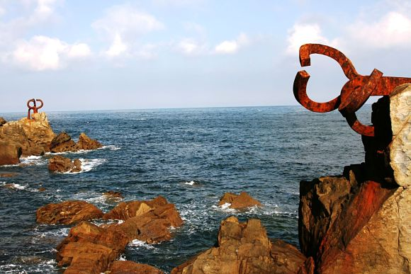 Peine del viento, uno de los símbolos de Donostia, situado en la playa de la Ondarreta