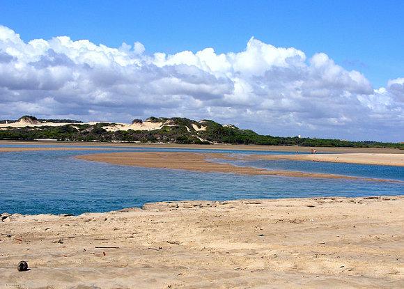 La Playa Porto das Dunas está formada por innumerables y bellas dunas al lado de la costa