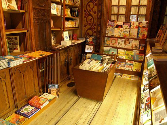 Vagón lleno de libros que recorre la librería de Lello e Irmão mediante una estrecha vía, un detalle muy singular