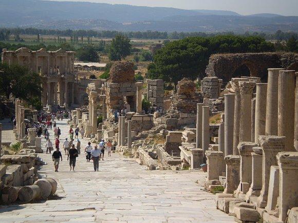 Avenida de los Curetes dentro de la ciudad antigua de Éfeso, Turquía