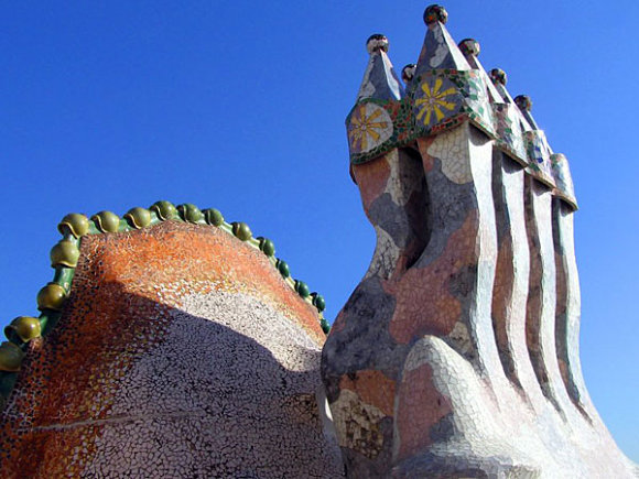 Chimeneas decoradas en el tejado de la Casa Batlló de Antonio Gaudí