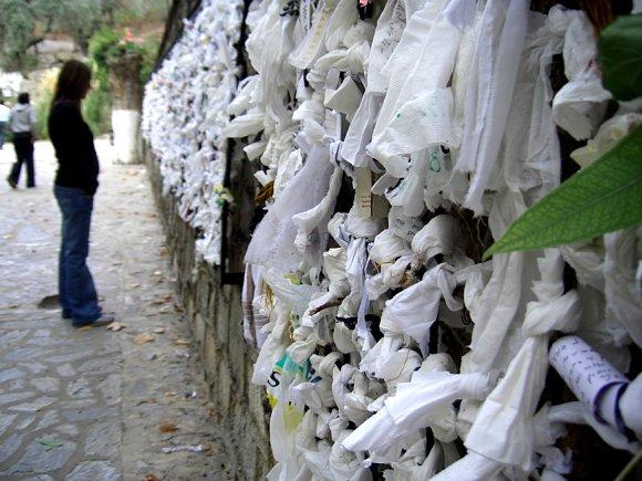Es común ver ofrendas colgando de los muros de la casa de la Virgen María en Éfeso