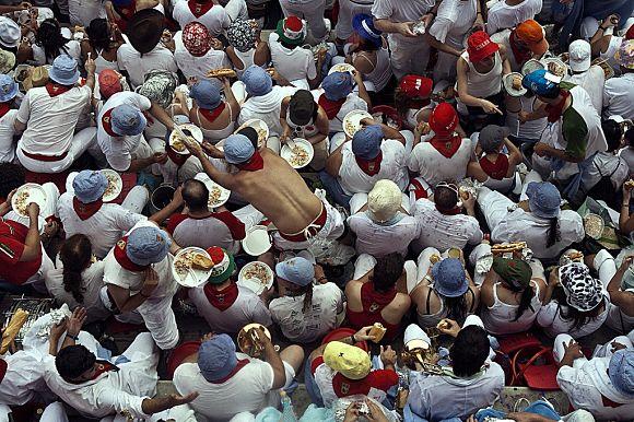La hora de la comida para las peñas en los Sanfermines es sagrada