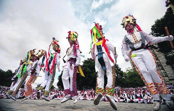 Los dantzaris bailando en los Sanfermines en la Plaza de los Fueros