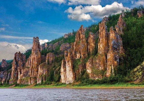 El mayor reclamo para ver los Pilares de Lena es atravesando su río por medio de un barco