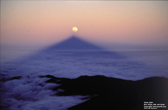Increíble fotografía de la sombra de El Teide alineada con un eclipse de Luna Total
