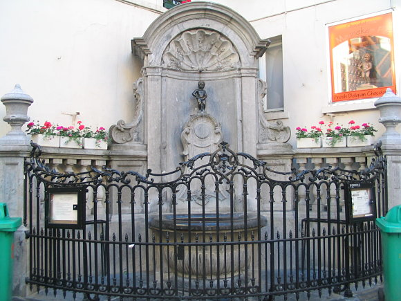 Fotografía de la fuente custodiada por la estatua de Manneken Pis en Bruselas