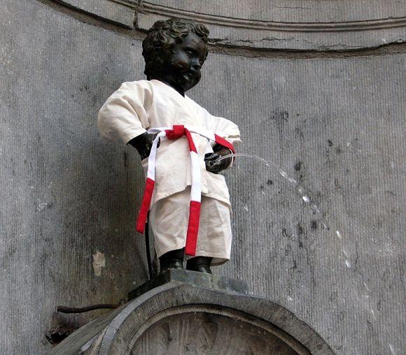 El Manneken Pis, la estatua más famosa de Bruselas, disfrazado de judoka