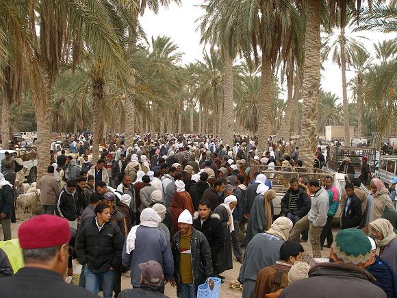 En el Mercado de Douz se congregan miles de personas dispuestas a comprar ropa, comidas y objetos artesanos propios de la localidad