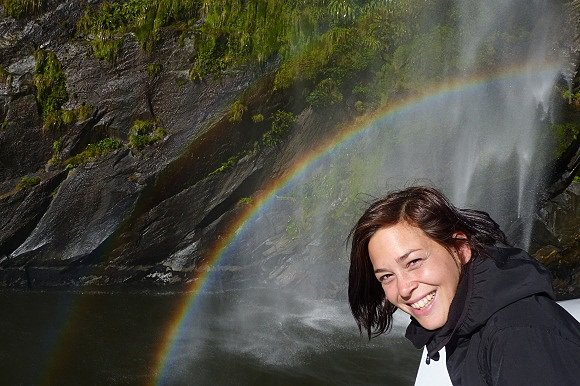 Un arco iris se forma al contacto del sol con una cascada en Milford Sound