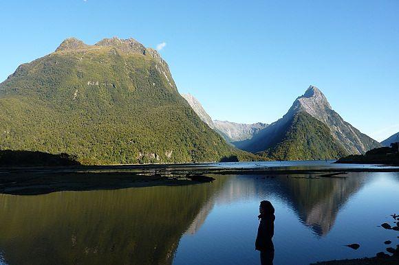 Milford Sound a primera hora de la mañana con el reflejo de Mitre Peak en el agua, Nueva Zelanda