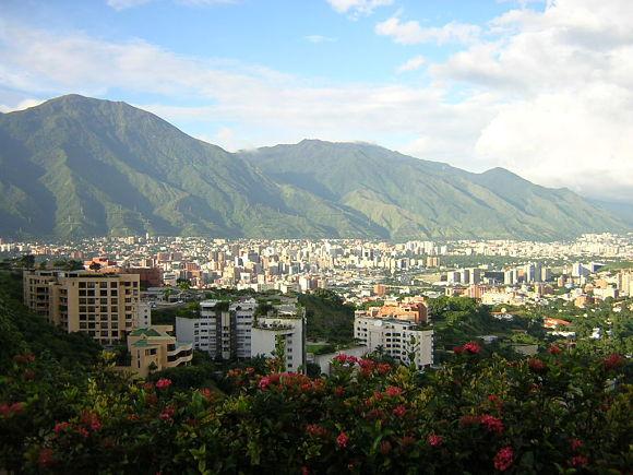 Vista de la ciudad de Caracas con el parque nacional El Ávila al fondo