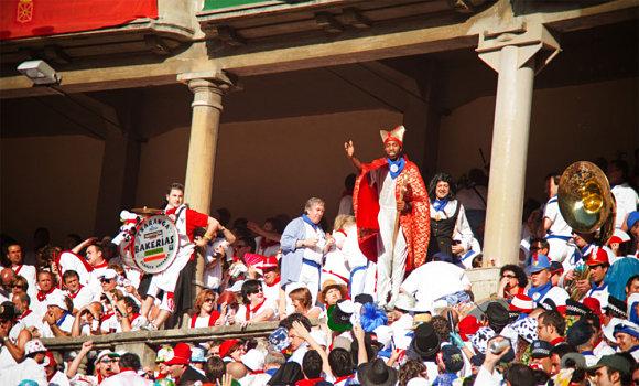 Las peñas en el tendido sol en la corrida de toros de las fiestas de San Fermin
