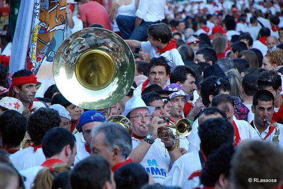 Nunca puede faltar la música en la salida de las peñas en las fiestas de San Fermín
