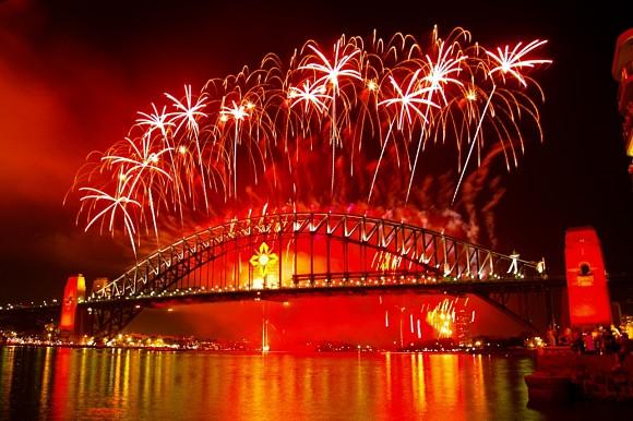 Fuegos artificiales sobre el Puente del Puerto de Sidney para celebrar el nuevo año