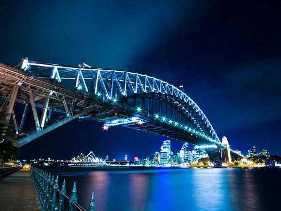 Hermosa fotografía nocturna del puente del puerto de Sidney, Australia