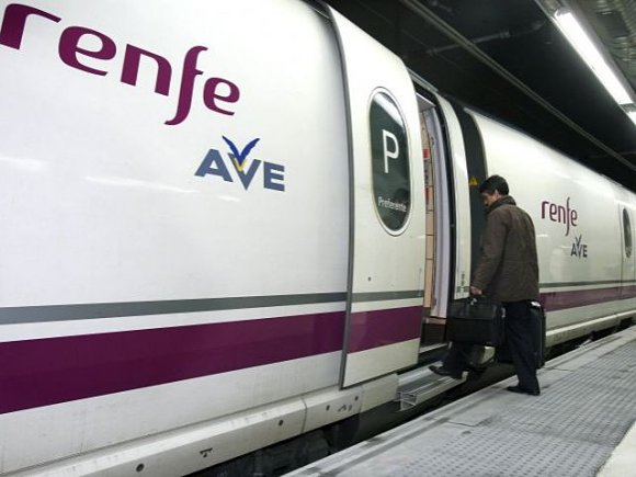 Un viajero entrando al AVE, el tren de alta velocidad de Renfe