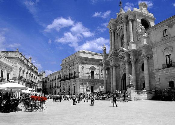Las calles y plazas de Siracusa respiran el buen ambiente de Sicilia