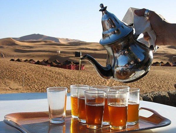 El té es uno de nuestros mejores aliados en Marruecos, ya que en su elaboración se emplea el agua hervida