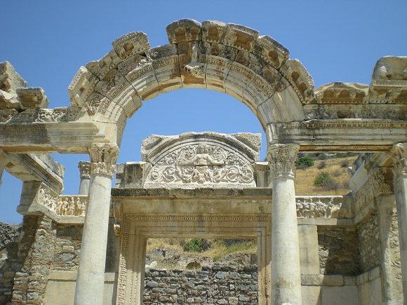 Imagen del arco del templo de Adriano en Éfeso, Turquía