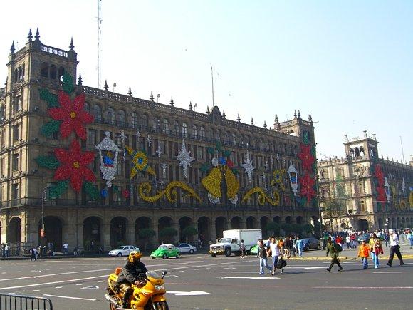 Típicos adornos navideños copan las fachadas de los edificios en México D.F.