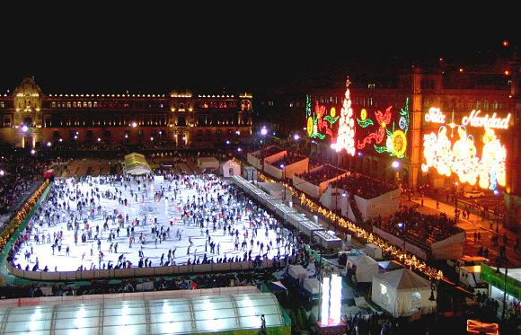 En Navidad se monta una gigantesca pista de hielo en el zócalo de México D.F.