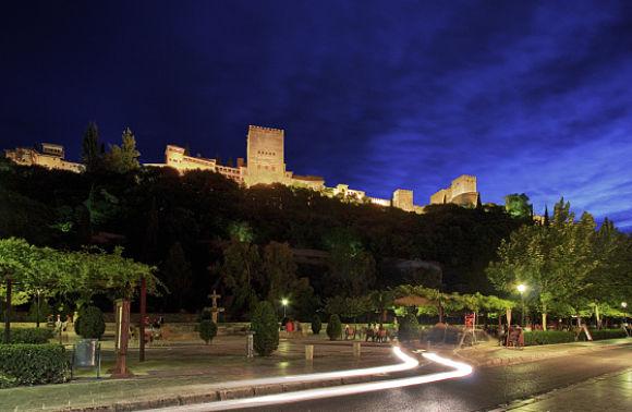 Si optamos por un paseo nocturno, podremos tener vistas maravillosas de la Alhambra iluminada por la noche