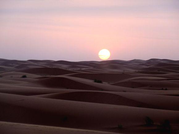 Sin duda uno de los mayores espectáculos es ver cómo amanece en el desierto mientras paseamos a lomos de nuestro camello