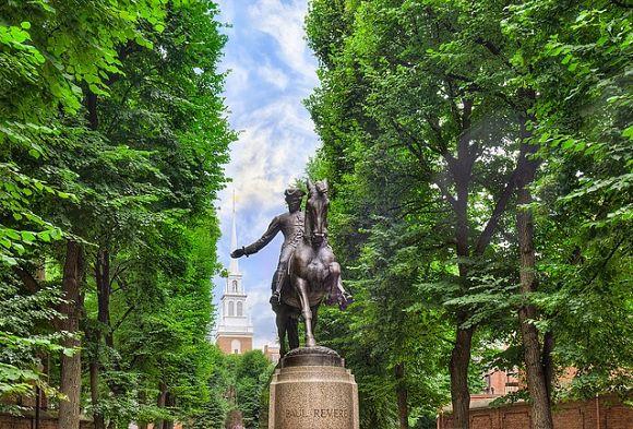 Estatua de Paul Revere. Al fondo distinguimos el campanario de la Antigua Iglesia del Norte, muy importante en la historia de América