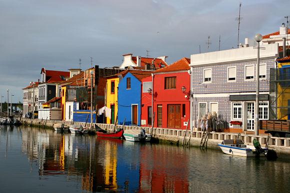 El barrio de Beira Mar es famoso en Aveiro por el colorido de sus casas y por su olor a sal