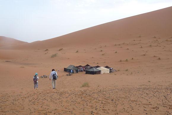 Dormir en el desierto es una experiencia maravillosa. Nosotros decidiremos si hacerlo al aire libre o dentro de una haima
