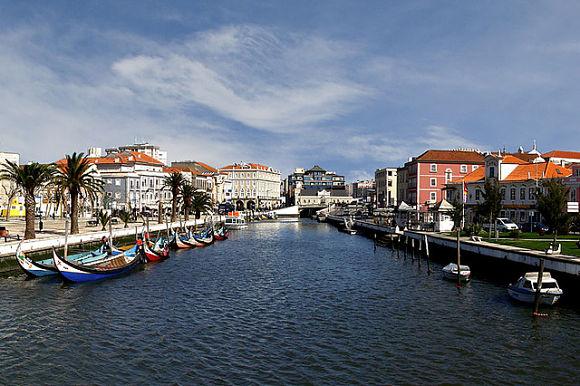 Fotografía del canal central que divide a la ciudad de Aveiro