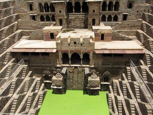 En uno de los costados del pozo hay varios templos y habitaciones que utilizaba la población india