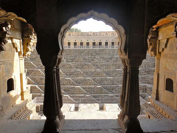 Es increíble la vista que nos depara la visita a Chand Baoir incluso antes de traspasar los arcos de la galería
