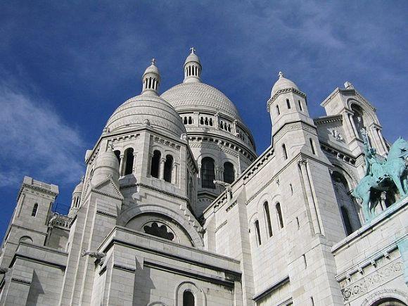 El estilo arquitectónico de la Basílica es romano y bizantino, con planta en forma de cruz griega y cuatro cúpulas