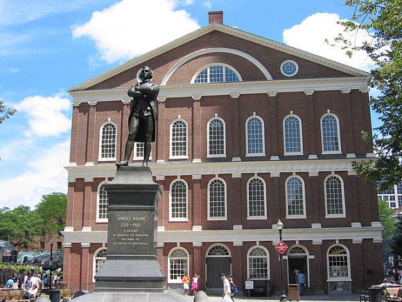 Fachada del edificio Faneuil Hall, junto con la estatua de Samuel Adams
