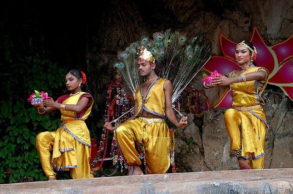Cada año se celebra la prohibida fiesta de Thaipusam en la que se realizan bailies y ritos hindúes