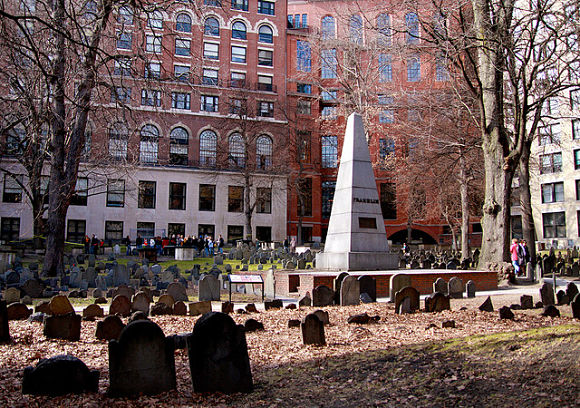 En el cementerio Granary Burying Ground encontraremos un obelisco como homenaje a la família de Benjamin Francklin