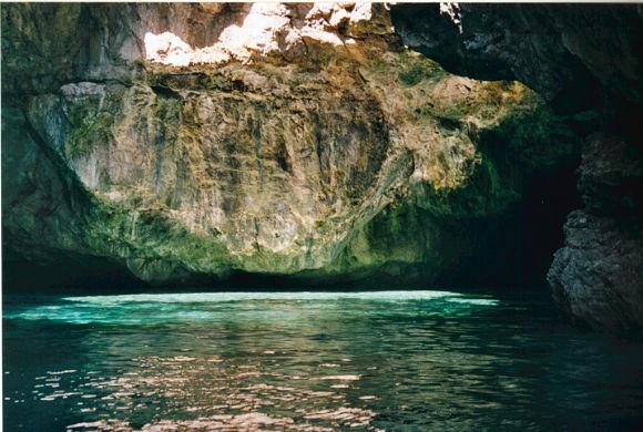 Para llegar a la Cueva, tendremos que subir en unos pequeños botes que nos darán un paseo por su interior
