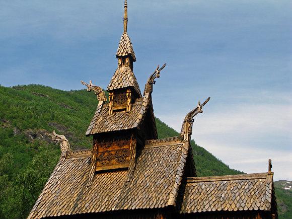 En la cúpula de la Iglesia de madera de Borgund encontramos diversos elementos decorativos como cabezas de dragones