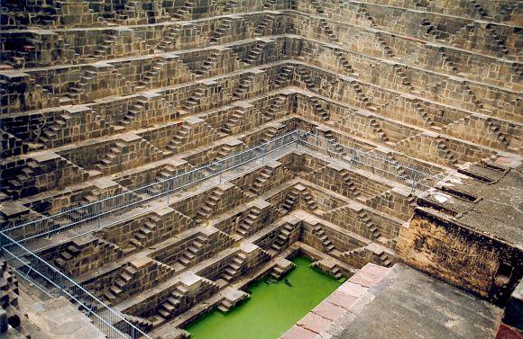 Imagen del Chand Baori, un pozo en el que los indios almacenaban el agua