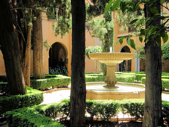 En los jardines de la Daraxa encontraremos un conjunto de árboles, plantas y flores que rodean una bonita fuente central
