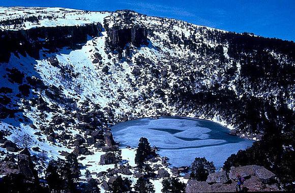Uno de los más bellos paisajes de la Laguna Negra se da en invierno cuando la nieve cubre sus oscuras aguas