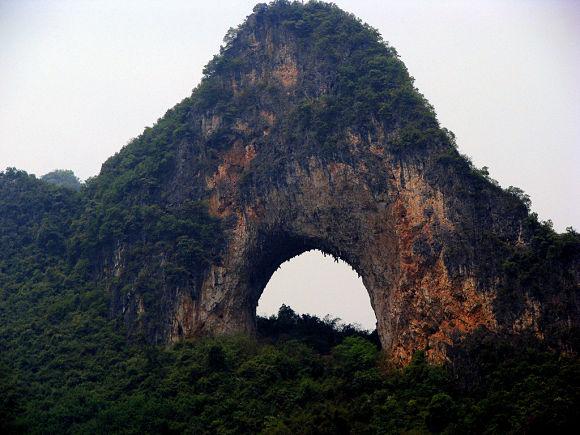 La Colina de la luna es casi un emblema en Yangshuo y un lugar que no debemos perdernos