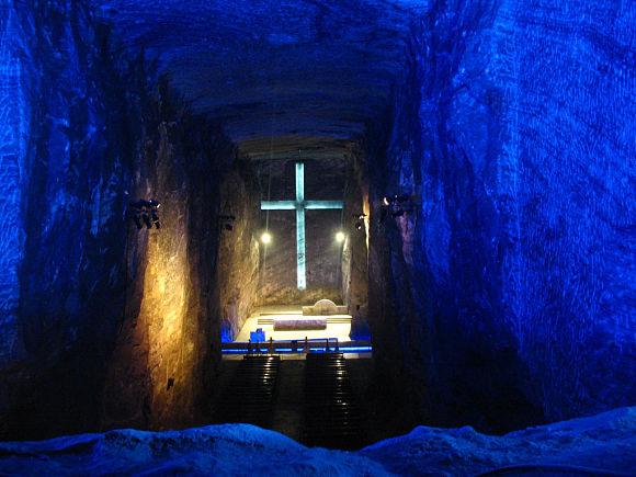 Imagen de la nave central de la Catedral de sal de Zipaquirá llena de luces y colorido