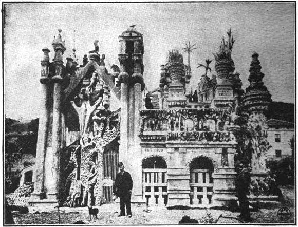 ferdinand Cheval posando con su Palais Idéal para la fotografía que saldría en los periódicos
