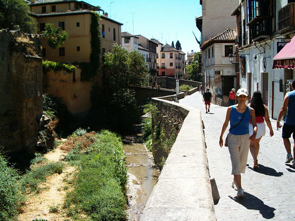 Recorrer el Paseo de los Tristes es un buen modo de disfrutar de unas de las vistas más bonitas de la ciudad de Granada